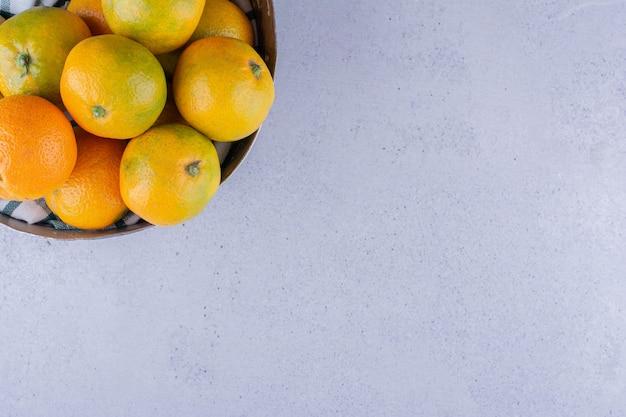 Miska mandarynek na marmurowym tle. zdjęcie wysokiej jakości