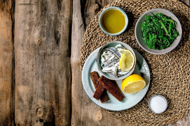 Miska marynowanych sardeli lub filetów z sardynek w oleju