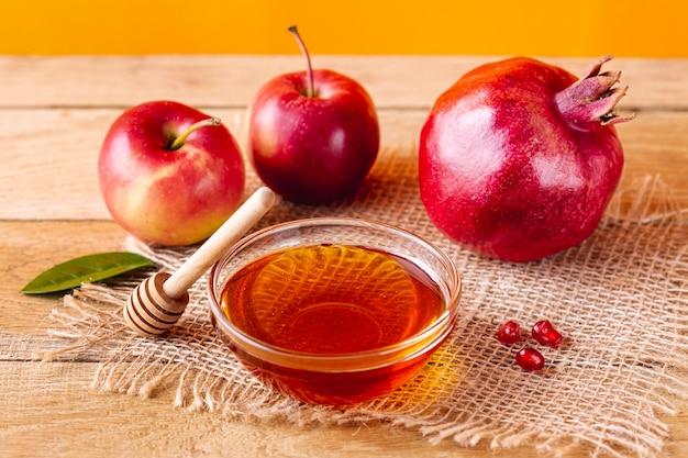 Miska miodowa z czerpakiem i owocami