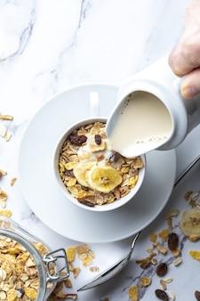 Miska mleka z pełnymi ziarnami na śniadanie musli z suszonymi owocami i suszonymi owocami z miejscem na kopię
