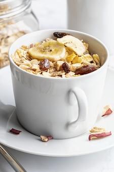Miska mleka z pełnymi ziarnami na śniadanie