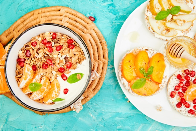 Miska musli smoothies i chleb chrupki ryżowe