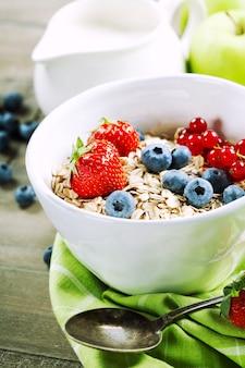 Miska musli, truskawek i jagód na zdrowe śniadanie