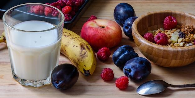 Miska musli z jagodami, owocami i mlekiem na śniadanie