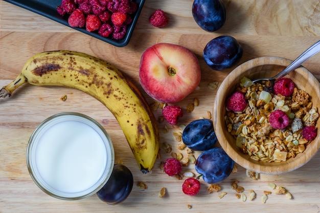 Miska musli ze słodkimi jagodami, owocami i mlekiem