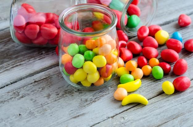 Miska na cukierki. kolorowe słodycze na stole