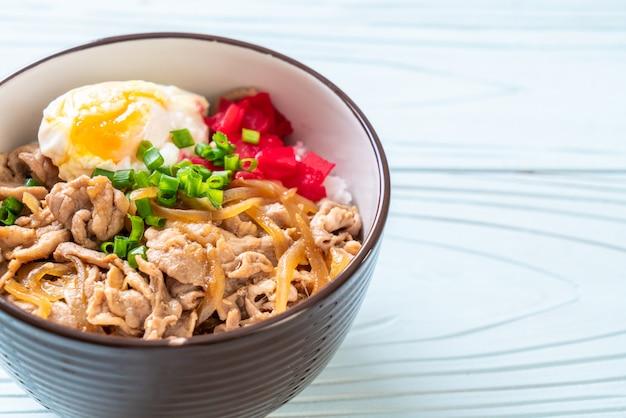 Miska na ryż wieprzowy z jajkiem (donburi) - japońskie jedzenie