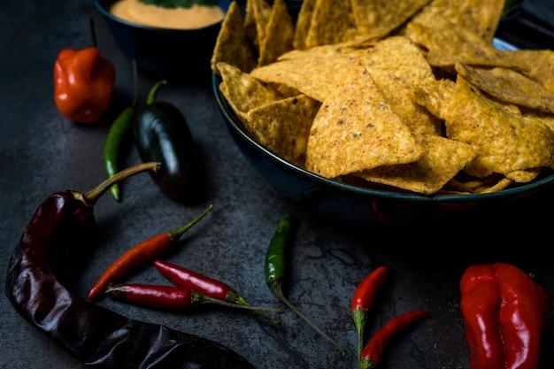 Miska nachos meksykańskie jedzenie z serem cheddar