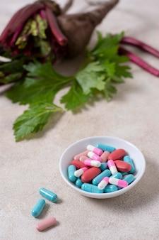 Miska o wysokim kącie z różnymi tabletkami