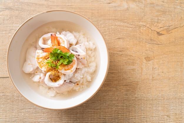 Miska owsianka lub gotowana zupa ryżowa z owocami morza (krewetki, kalmary i ryby)