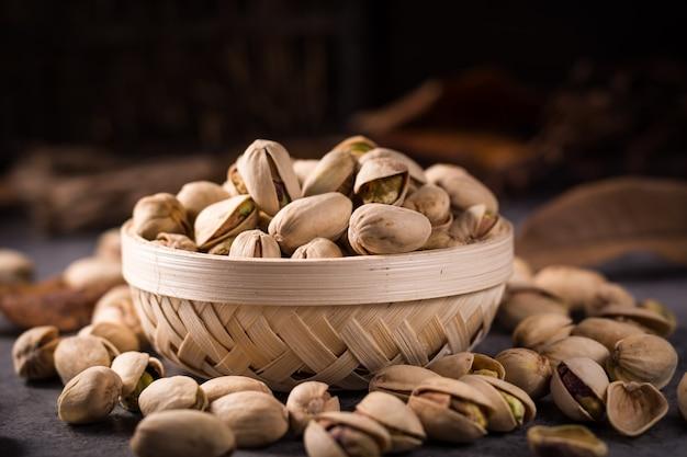 Miska pełna pistacjami