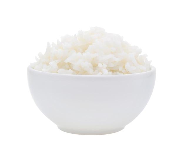 Miska pełna ryżu na białym tle