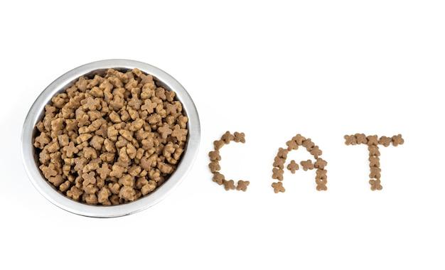 Miska pełna suchej karmy i napis cat, widok z góry