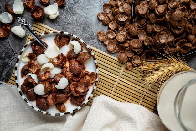 Miska płatków zbożowych o smaku czekoladowym zmieszanych z mlekiem na śniadanie.