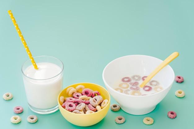 Miska pod dużym kątem ze zbożami i mlekiem na biurku