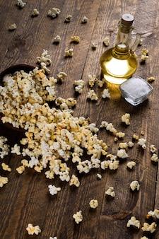 Miska popcornu na drewnianym stole