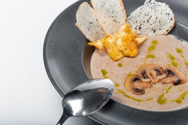 Miska pysznego domowego kremu z zupa grzybowa