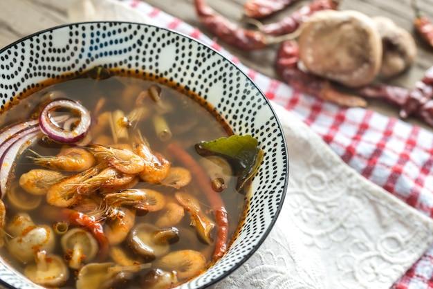 Miska pysznej tajskiej zupy tom yum