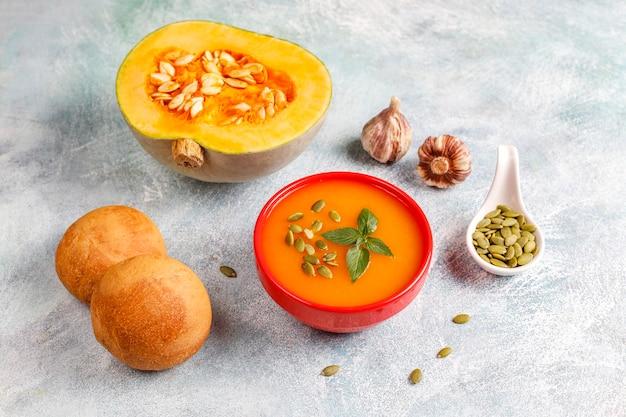 Miska pysznej zupy dyniowej z nasionami.