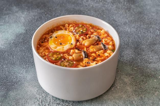 Miska ramen - japońska zupa z makaronem: widok z góry