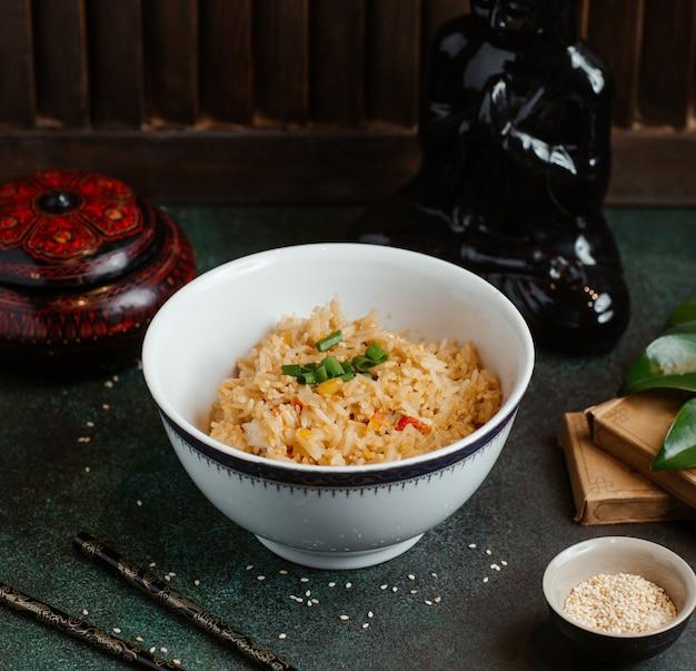 Miska risotto z ziołami i przyprawami.