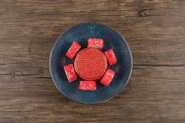 Miska Rolek Sushi I Czerwonego Kawioru Na Drewnianym Stole Darmowe Zdjęcia