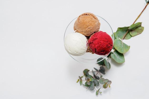 Miska różnych kulek kolorowe lody na białym tle. widok z góry.