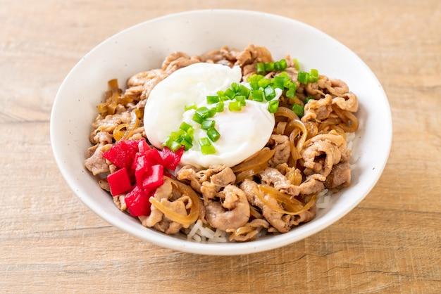 Miska ryżu wieprzowego z jajkiem
