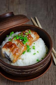 Miska ryżu zwieńczona pieczonym węgorzem w sosie unagi.