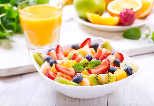 Miska sałatki owocowej na drewnianym stole