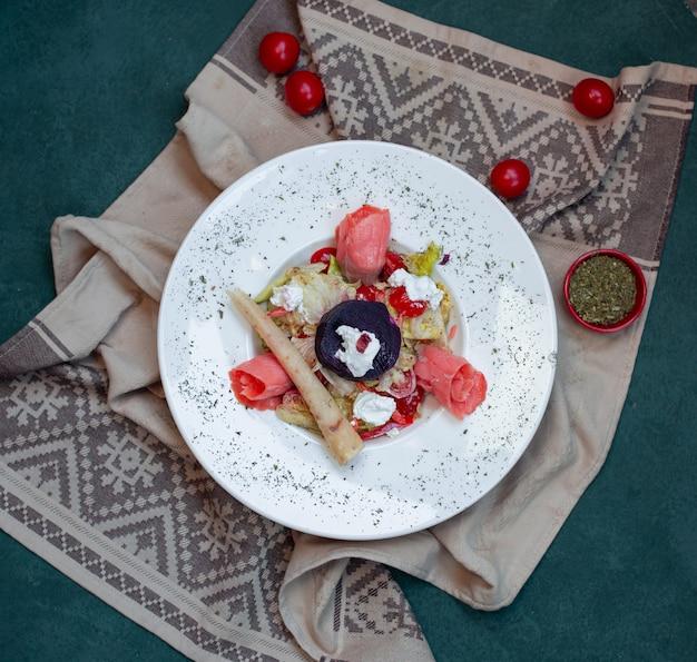 Miska sałatkowa z szynką, serem i ziołami.