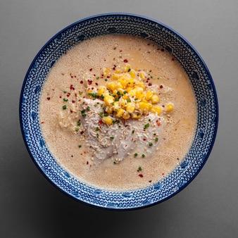 Miska sera ramen zupa z makaronem z kukurydzą