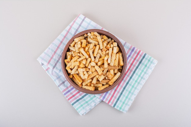 Miska smacznych chrupiących krakersów z obrusem na marmurowym tle. zdjęcie wysokiej jakości