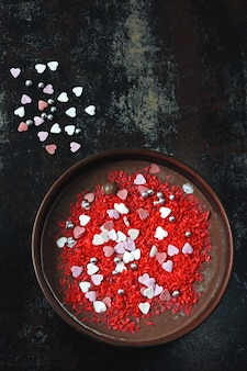 Miska śniadaniowa na walentynki. romantyczne śniadanie na walentynki. jogurt czekoladowy i słodkie ozdoby serca.