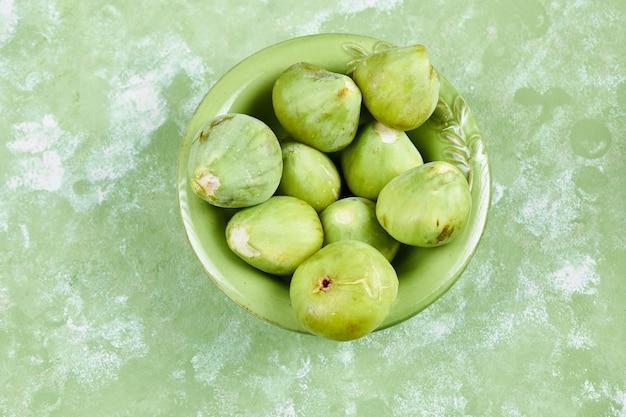 Miska soczystych zielonych fig na zielono.