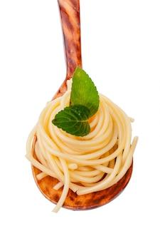 Miska spaghetti na białym tle