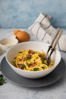 Miska spaghetti z dużym kątem i widelcami