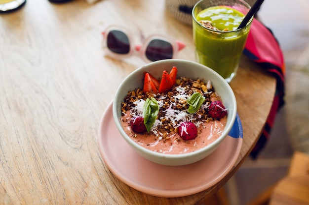Miska superfoods zwieńczona chia, granola i awokado.