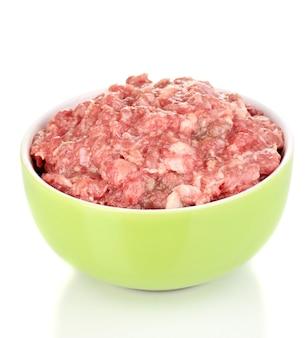Miska surowego mięsa mielonego na białym tle