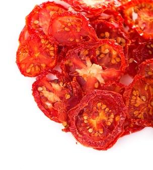 Miska suszonych pomidorów na drewnianym tle, widok z góry