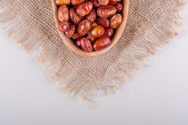 Miska suszonych smacznych owoców silverberry na białym tle. zdjęcie wysokiej jakości