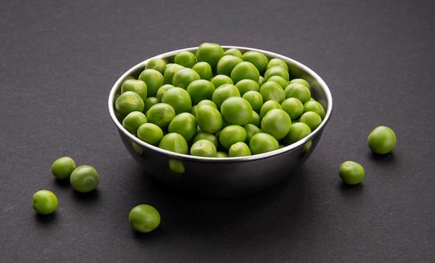 Miska świeżego zielonego groszku