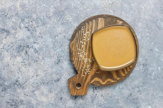Miska tahini z sezamem na powierzchni betonu