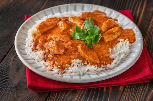 Miska tajskiego czerwonego curry z kurczaka przyozdobiona białym ryżem