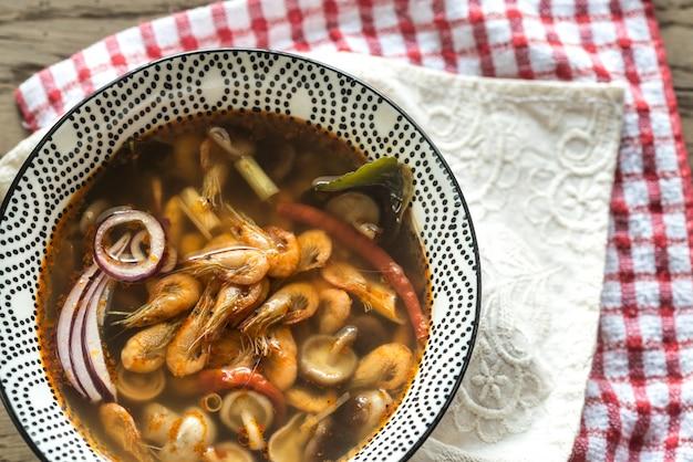 Miska tajskiej zupy tom yum