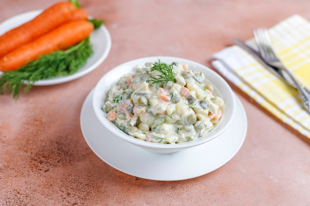 Miska tradycyjnej rosyjskiej sałatki.