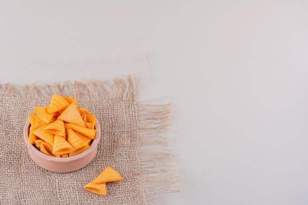 Miska trójkąta chrupiące frytki umieszczone na tle marmuru. wysokiej jakości zdjęcie