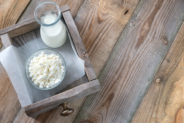 Miska twarogu z butelką mleka