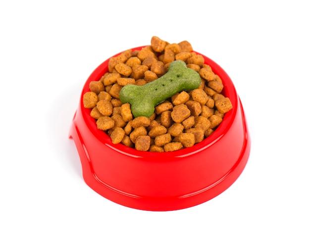 Miska wypełniona suszoną karmą dla psów