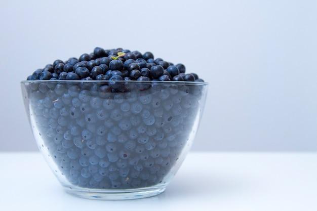 Miska z belberries na białym stole